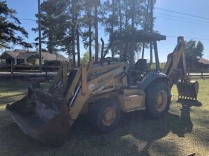 Case 580 Super L 4x4, 3,300 Hours, with Connect Bucket & Extra Remotes On Front